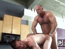 Muscle gay bear bangs a hot hunk