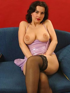 Dark-haired mum posing nude and itchin her ditch