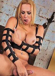 Kinky shemale blonde Walkiri...
