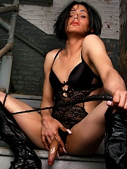 Mistress Foxi shows off her kinky side